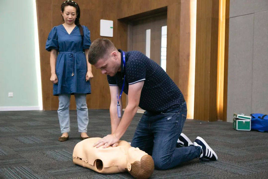 A man practices first aid on a dummy